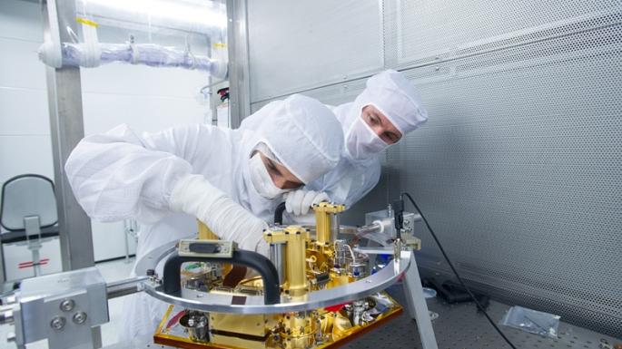 Intégration de l'instrument SEIS en salle blanche Stella au CNES Toulouse