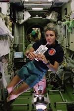 Claudie Haigneré à bord de l'ISS lors la mission Andromède (octobre 2001) ; Crédits Esa