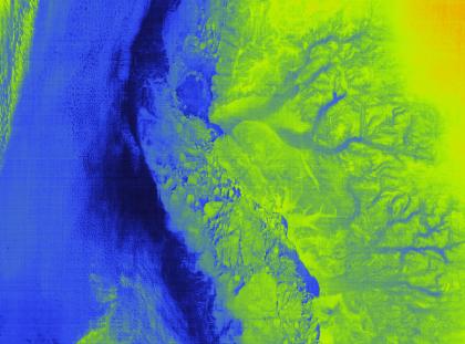 Première image fournie par Iasi. Il s'agit d'une image infrarouge du Groenland, sur laquelle on distingue les glaciers et la banquise. En bleu, l'océan, et une partie des glaciers sur la droite. En vert la banquise et les terres émergées.