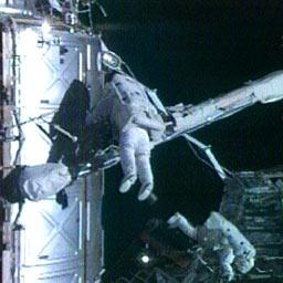 Peggy Whitson et Daniel Tani en sortie extravéhiculaire. Crédits : NASA TV
