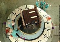 Intégration de SMART-1 sur le lanceur. Bâtiment d'assemblage final, Centre spatial guyanais. Crédits : CNES