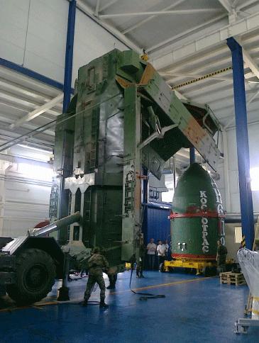 Chargement du composite supérieur de la fusée Dnepr. Crédits : APAVE/D. Dufau.