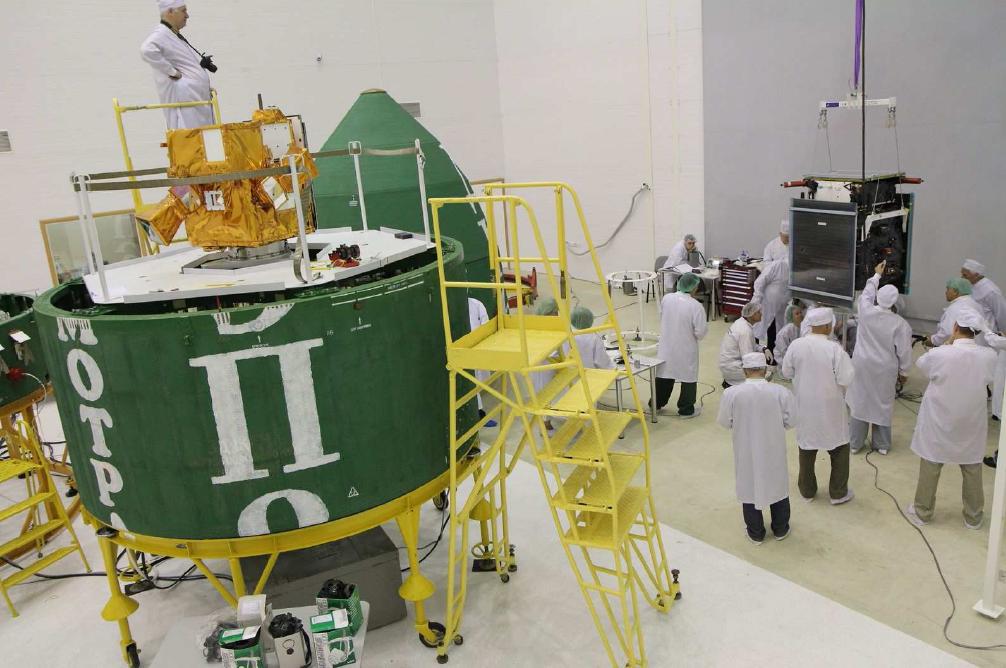 PICARD installé sur le composite supérieur de la fusée Dnepr le 3 juin, Prisma se prépare (à droite). Crédits : CNES.