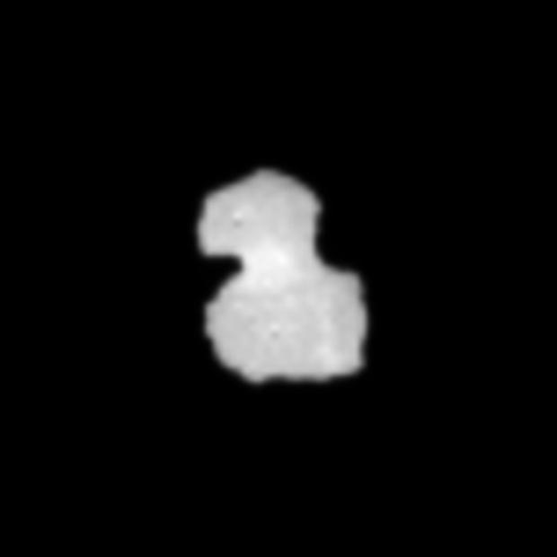Image zoomée 10 x et interpolée du noyau de 67P vu par la caméra de navigation de Rosetta le 29 juillet 2014 à une distance de 1 933 km.
