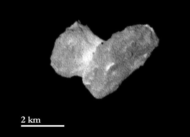 Cette image a été prise le 29 juillet 2014 à 1 950 km de distance par la caméra OSIRIS-NAC et la résolution est de 37 m par pixel.