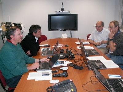 Alberto Novelli et Hervé Come en discussion avec des collègues de l'ATV-CC. Crédits : ESA.