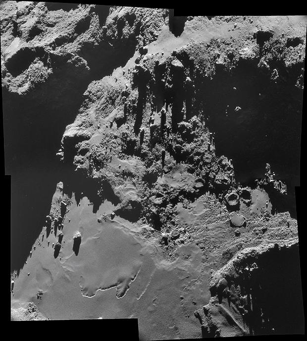 Le noyau de la comète 67P. Assemblage de 4 images prises le 18 octobre 2014 par la NavCam à près de 7,9 km de la surface (résolution de 67 cm/pixel environ). Crédits : ESA/Rosetta/NavCam/Guillaume Cannat.