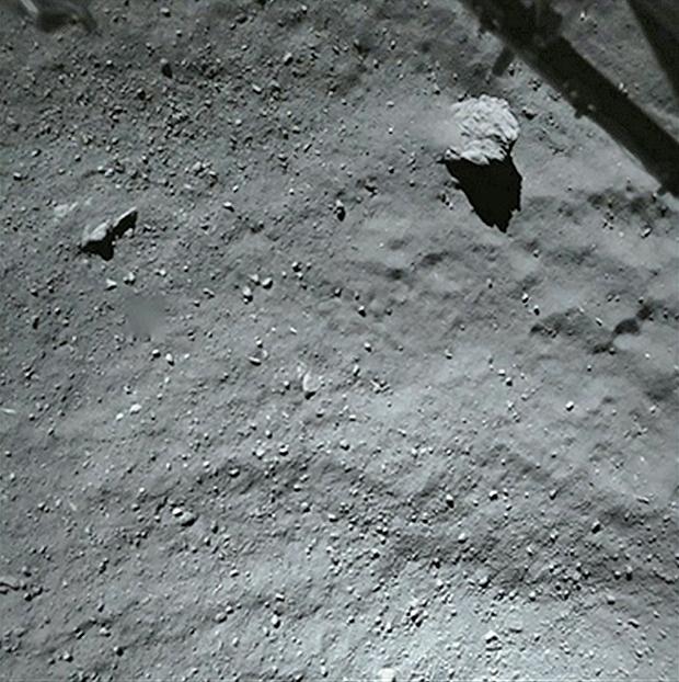 Image prise par ROLIS alors que Philae se situait à près de 40 m de la surface. Le gros bloc mesure environ 5 m et les plus petits détails font quelques cm. En haut, une portion du train d'atterrissage est visible. Crédits : ESA/Rosetta/Philae/R...