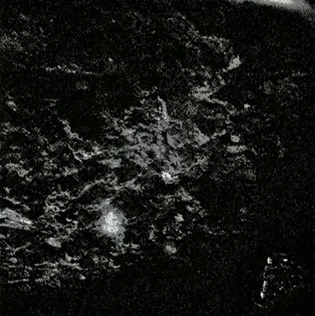 Image brute provenant de la caméra 5 de CIVA ; prise le 13 novembre 2014 quasiment dans l'obscurité. Le niveau de luminosité a été très fortement poussé. Crédits : ESA/Rosetta/Philae/CIVA.