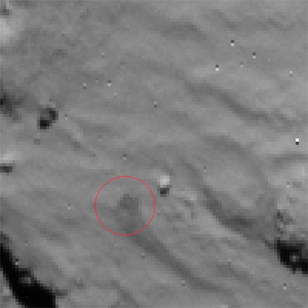 Image du site du 1er contact de Philae avec la surface de la comète 67P prise par la caméra de navigation de Rosetta le 12 novembre 2014 à 15h35 UTC, à près de 15 km d'altitude (résolution de 1,3 m/pixel). Crédits : ESA/Rosetta/NavCam.