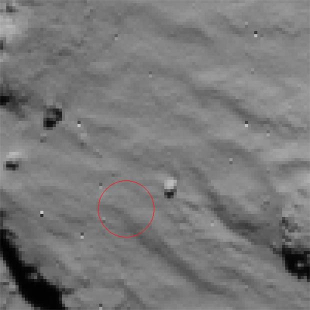 Image du site du 1er contact de Philae avec la surface de la comète 67P prise par la caméra de navigation de Rosetta le 12 novembre 2014 à 15h30 UTC, à près de 15 km d'altitude (résolution de 1,3 m/pixel). Crédits : ESA/Rosetta/NavCam.