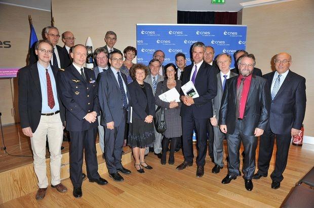 Laurent Wauquiez entouré des contributeur au rapport