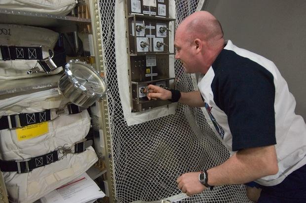 André Kuipers configure le boitier de contrôle de la repressurisation dans l'ATV