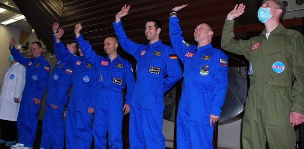 Le 31 mars dernier, l'équipage de Mars 500 se prépare à entrer en isolement pour 105 jours. Au centre, le Français Cyrille Fournier. Crédits : ESA