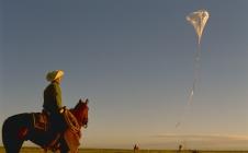 Préparation d'un ballon stratosphérique ouvert (BSO) de la campagne Archéops à Kiruna (Suède)