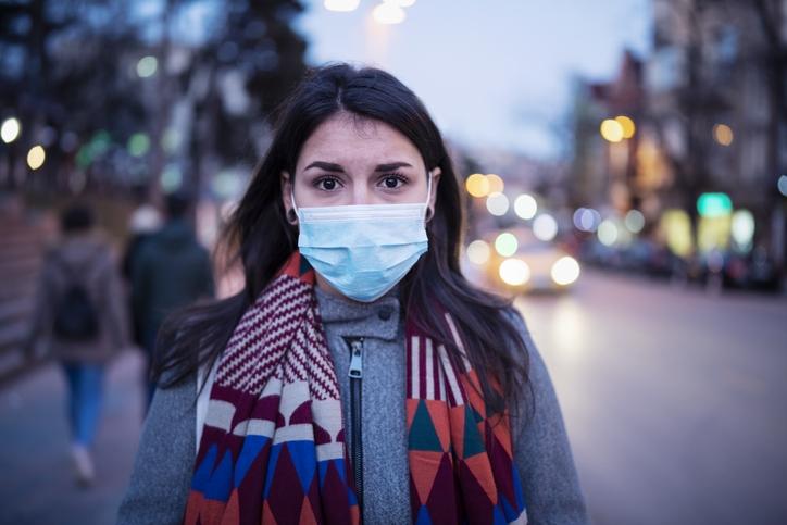 Femme avec masque sur le visage