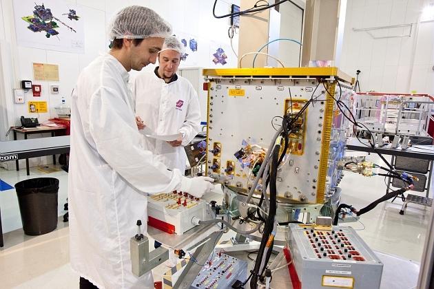 Equipe industrielle ALTEN/SOTEREM en salle blanche devant la plateforme du satellite TARANIS.
