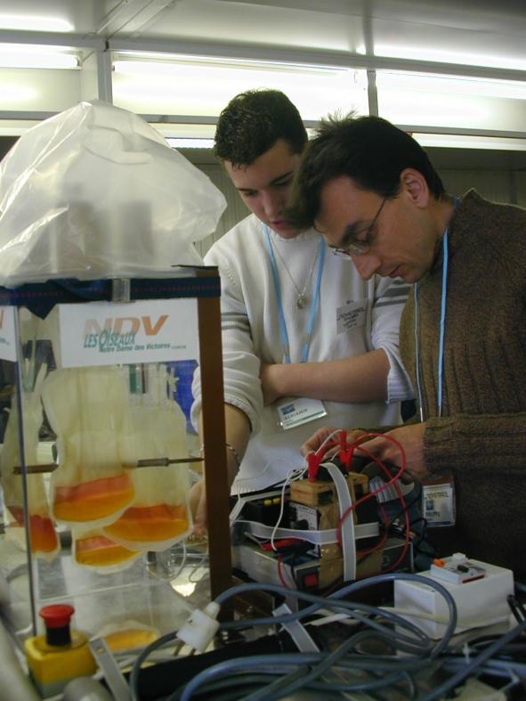 Philippe et Benjamin achèvent la préparation de leur expérience avant l'installation dans l'Airbus Zéro-G. Crédits : CNES/S.Rouquette, 2004