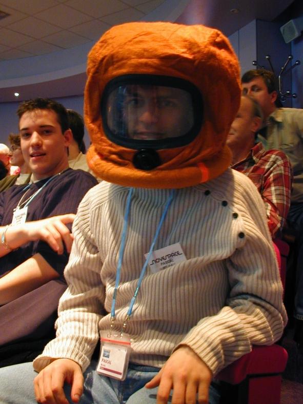 Pascal essaie le masque anti-fumée, l'un des équipements de sécurité présents à bord de l'avion. Crédits : CNES/S.Rouquette, 2004