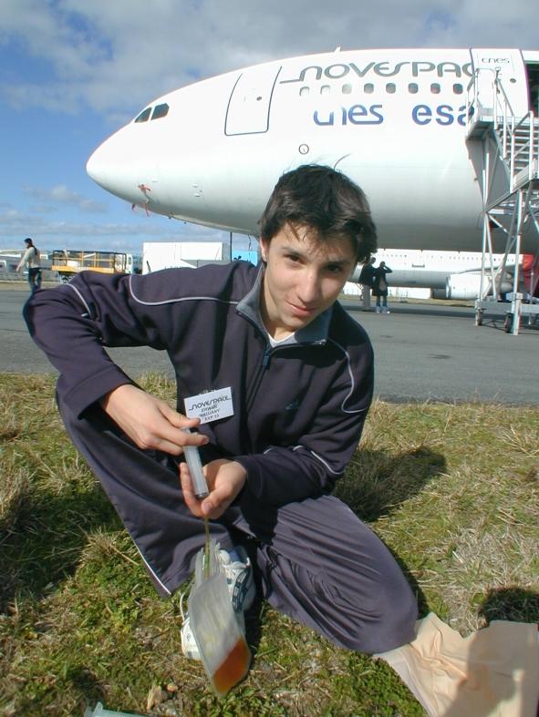 Erwan, l'un des élèves du lycée de Voiron, prépare les poches de fluides. Crédits : CNES/S.Rouquette, 2004