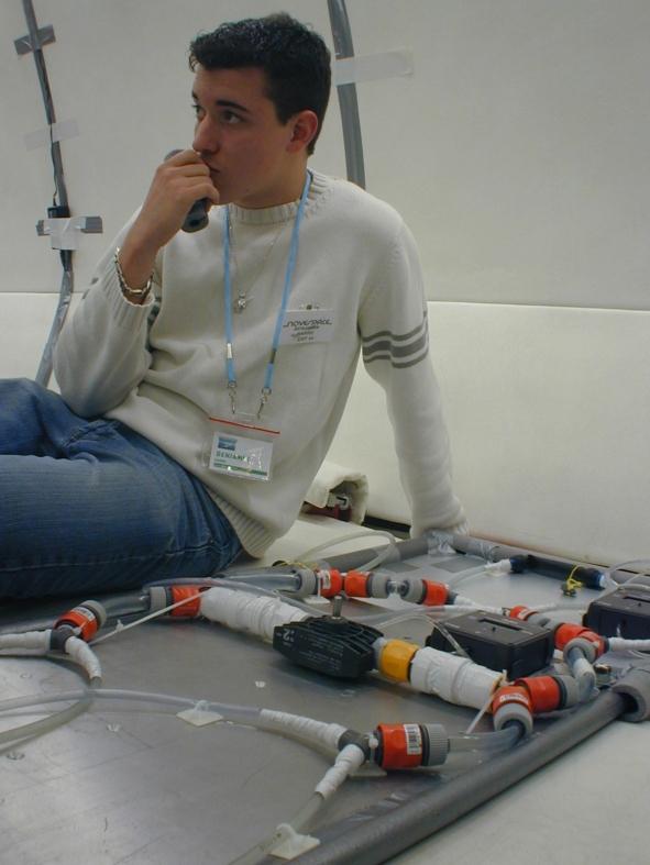 Benjamin achève la préparation de l'expérience avant l'embarquement. Crédits : CNES/S.Rouquette, 2004
