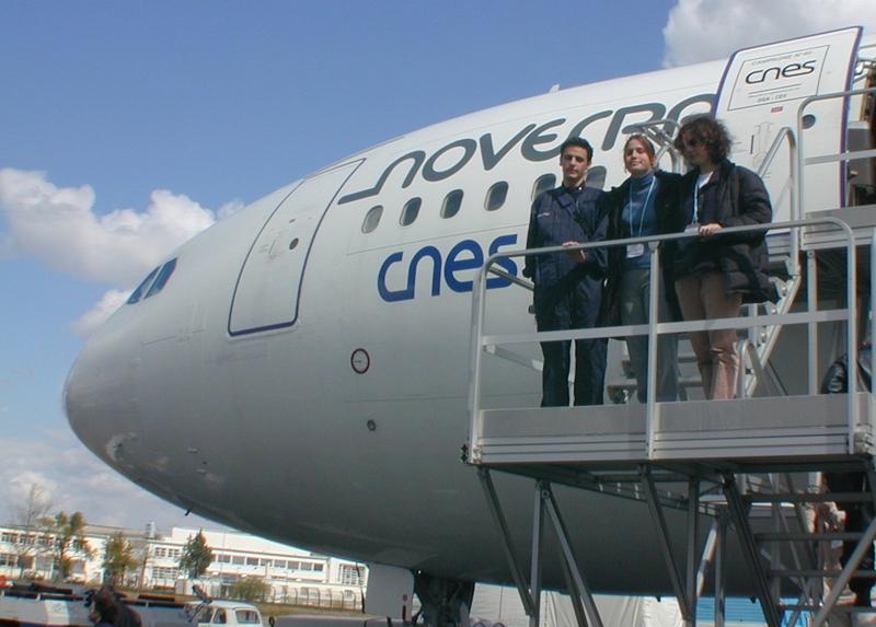 Pascal et deux de ses compagnons de jeu au retour d'un vol mémorable. Crédits CNES/S. Rouquette, 2004