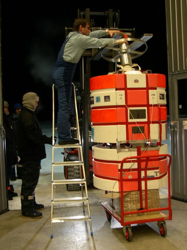 L'expérience Salomon du LPCE prête au lancement. Crédits : CNES/N. Journo, 2004