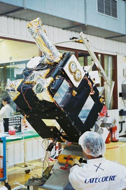 Le satellite DEMETER en essais thermiques. Crédits : CNES/E.GRIMAULT,2003
