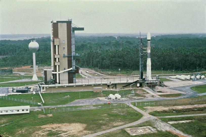 Le lanceur Ariane 1 sur sa table de lancement sur le site ELA 1, en décembre 1979, pour le premier essai de qualification du lanceur Ariane ; crédits Cnes/Esa