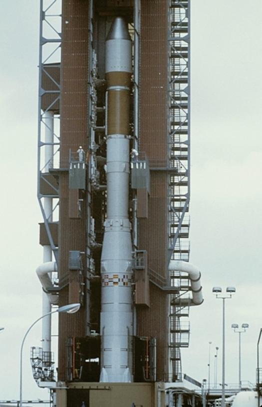 Ariane 1 sur son pas tir au Centre spatial guyanais ; crédits Sygma