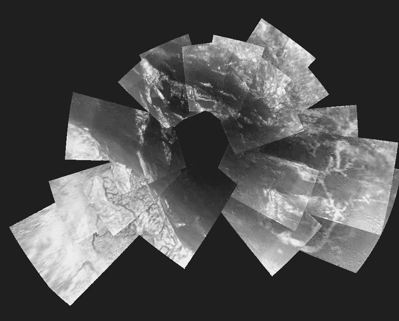 Mosaïque de 30 images individuelles prises entre 8 et 13 km d'altitude. Elle montre la zone survolée pendant la descente et le site d'atterrissage. Crédits : ESA/NASA/Univ of Arizona