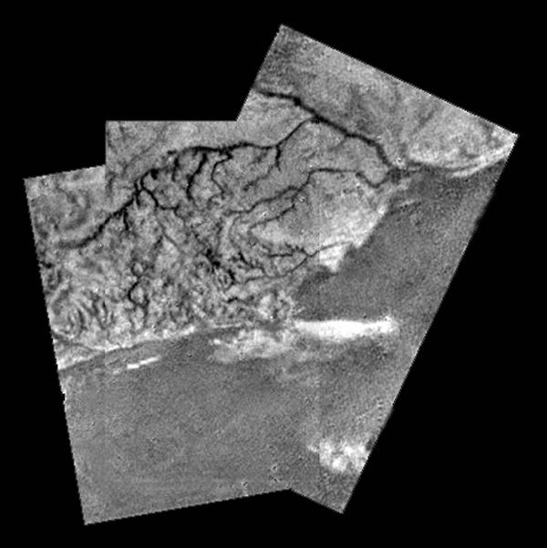 Les régions claires, reliefs d'une centaine de m, sont  parcourues par des chenaux semblant se déverser en delta au niveau d'un littoral. Credits: ESA/NASA/JPL/University of Arizona