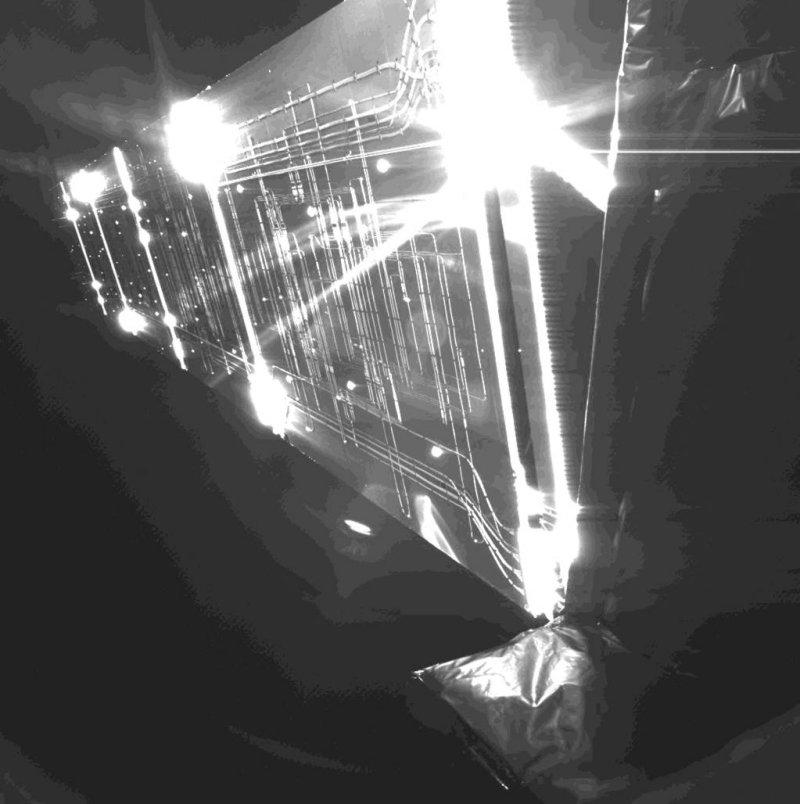 Image de l'arrière d'un des 2 panneaux solaires de Rosetta prise par la sonde elle-même (caméra CIVA-P). Crédits : CIVA