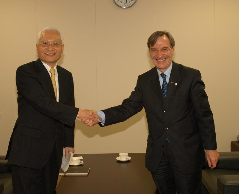 On the left, Keiji Tachikawa, President of the Japan Aerospace eXploration Agency (JAXA), on the right, CNES President Yannick d'Escatha