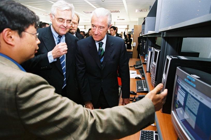 Les ministres François d'Aubert et Gilles de Robien au centre d'évaluation et de maintien des performances (c) CNES/E. Grimault, 2005