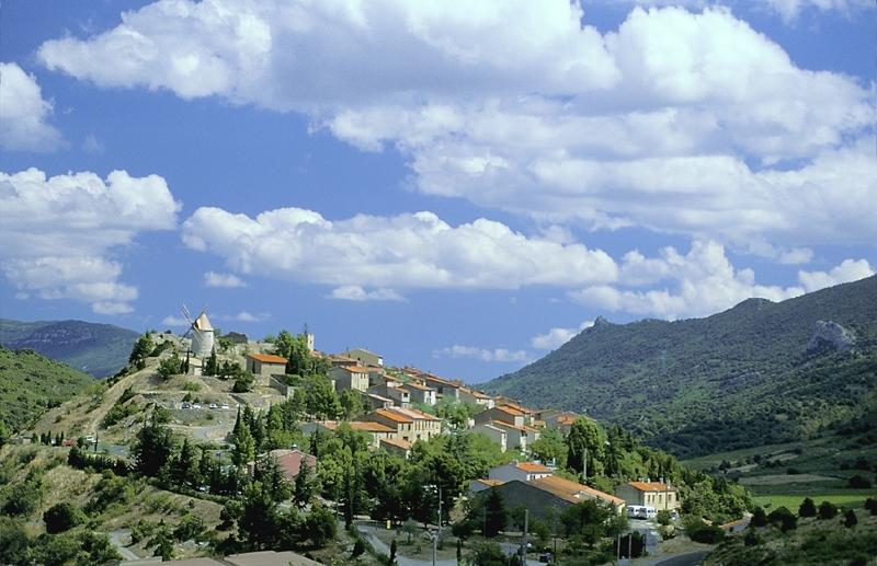Le village de Cucugnan. Crédits : CNES