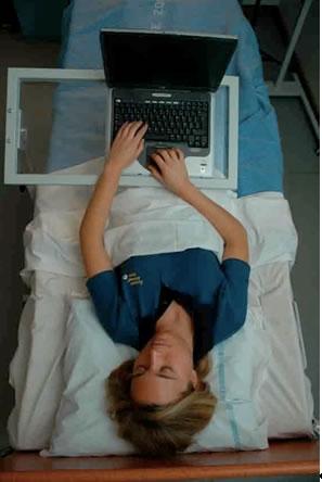 Volontaire se servant d'un ordinateur ; crédits Esa/M.Specht