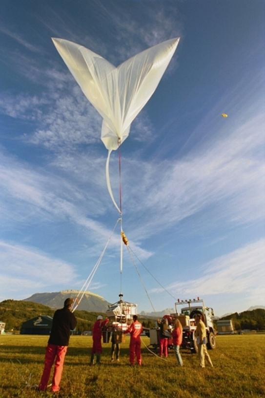 Nacelle scientifique Casolba installée sous le ballon auxiliaire avant décollage ; crédits CNES / P. Le Doaré