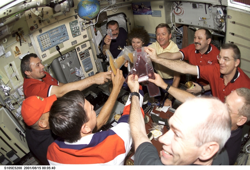"""Repas """"de fête"""" pour célébrer la relève de l'équipage à bord de l'ISS ; crédits Nasa"""