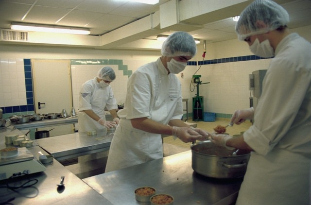 Préparation des repas des spationautes de la mission Pégase au Lycée hôtelier de Souillac (Lot) ; crédits CNES/Al.Huet