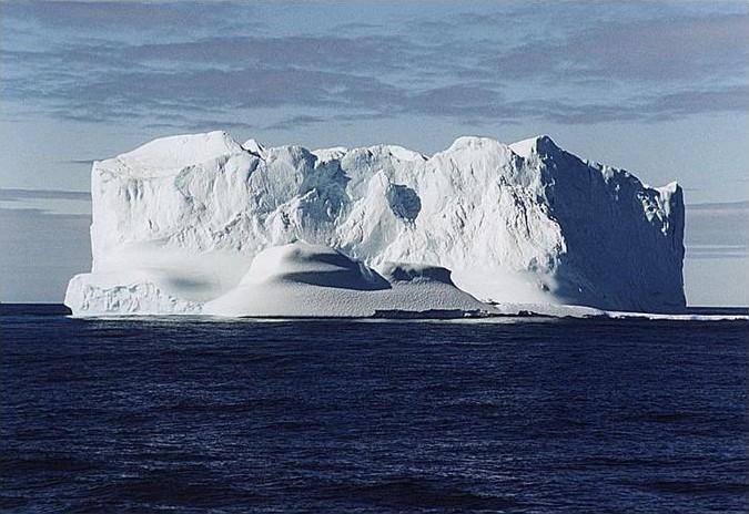 Cryosat surveille la banquise et les calottes glacières ; crédits CNES