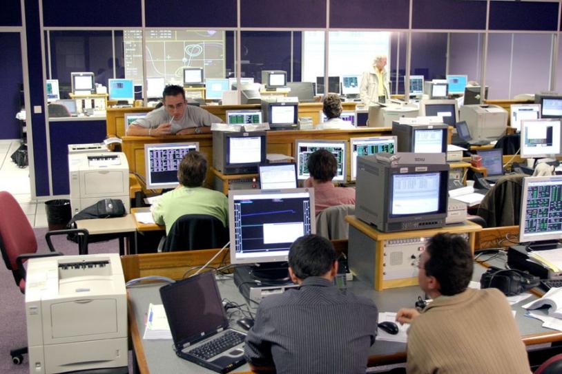 Salle de contrôle et de mise à poste du satellite ; crédits CNES/P.Jalby