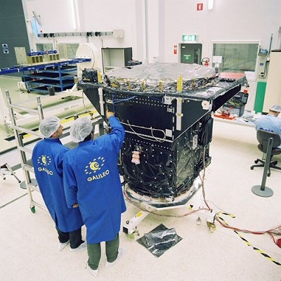 Preparing satellite Giove-A. Credits : ESA / Surrey Satellite Technology Ltd