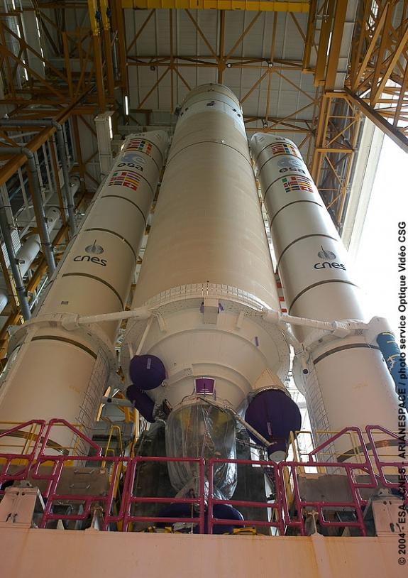 Transfert du lanceur Ariane 5 ECA vers le Batiment d'assemblage final. Crédits : ESA/CNES/Arianespace