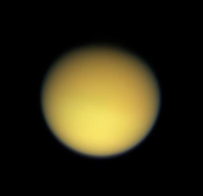 Vue de Titan entourée de sa brume orange ; crédits : Nasa/JPL/Space Science Institute