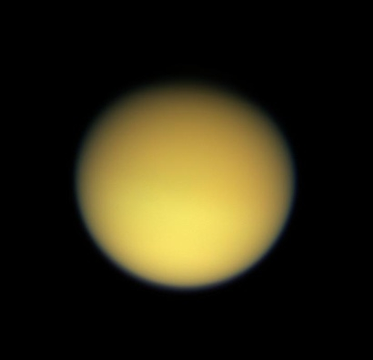 Vue de Titan entourée de sa brume orange ; crédits : Nasa/JPL/Space Science Institute