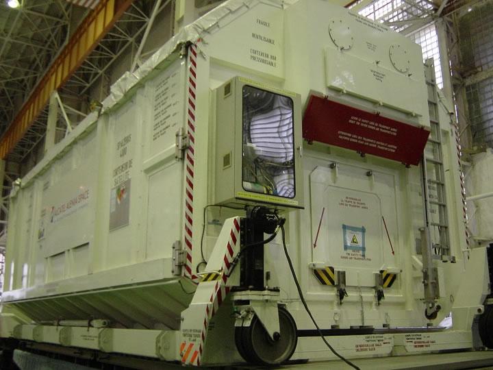 Arrivée du conteneur Spacebus 4000 au MIK 112 le 16 novembre. Crédits : CNES 2006 (Laurent Trebosc et Laurent Boisnard)