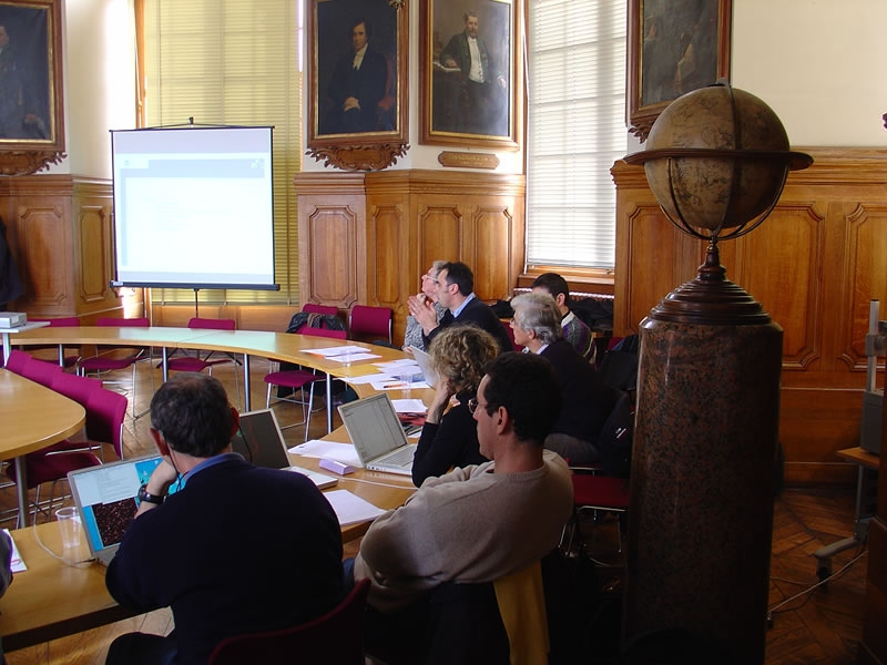 Premier debriefing par l'équipe projet après 7 semaines de recette en vol, entre les membres du Conseil scientifique Corot. Crédits : CNES/L. Boisnard