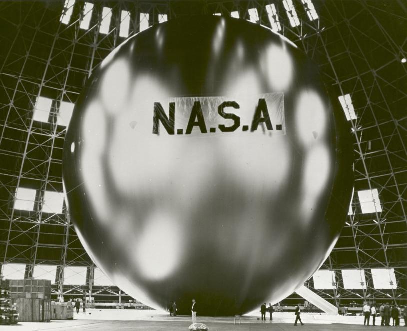 Gonflage du ballon américain ECHO dans les années 60. Crédits : NASA
