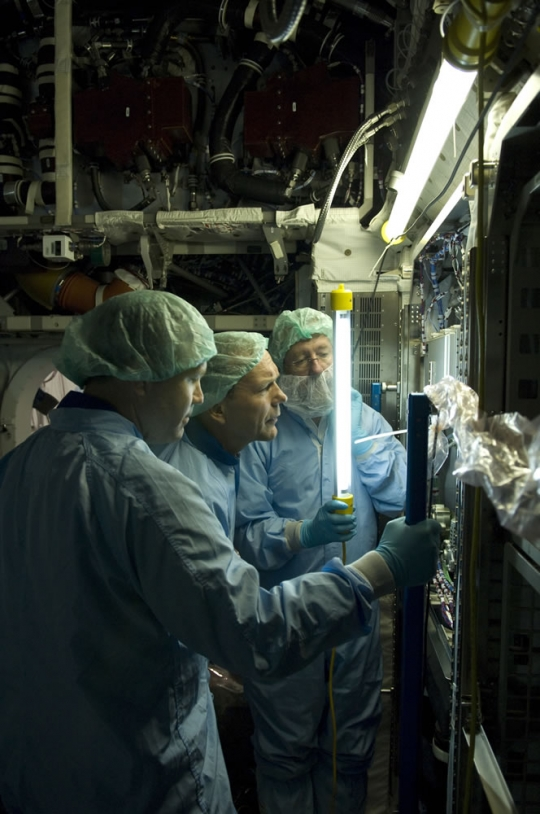 Inspection des racks de Columbus par l'astronaute européen Hans Schegel. Crédits : ESA - S. Corvaja